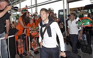 Stijn Schaars - Schaars with Dutch fans and Giovanni van Bronckhorst (right)
