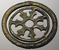 Ornamento bronzeo a forma di disco, da herbrechtingen, alto medioevo.JPG