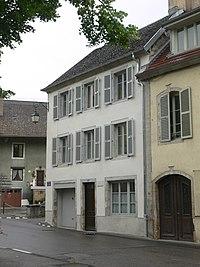 Ornans - immeuble 24 place Courbet - façade.JPG