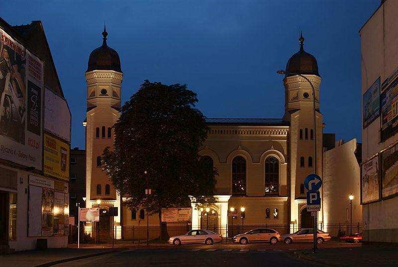 Ostrow Wlkp-fasada boznicy noca