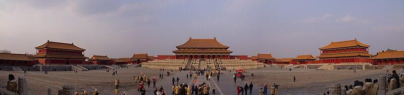 這張圖片的 alt 屬性值為空,它的檔案名稱為 800px-Panorama_of_Hall_of_Supreme_Harmony.JPG