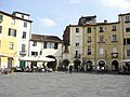 Piazza dell'Anfiteatro - Lucca - panoramio.jpg