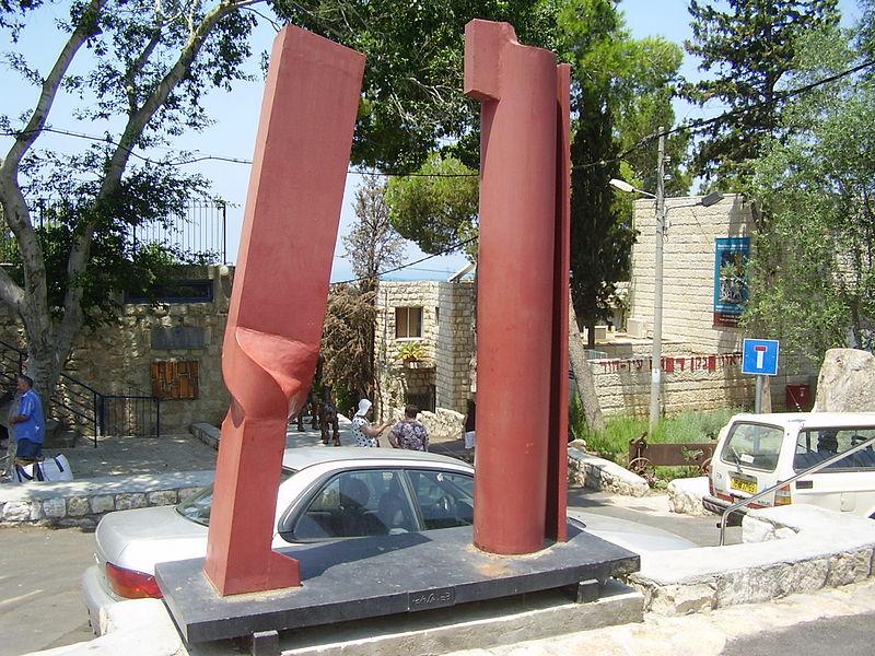 פסל של צבי אלדובי בעין הוד