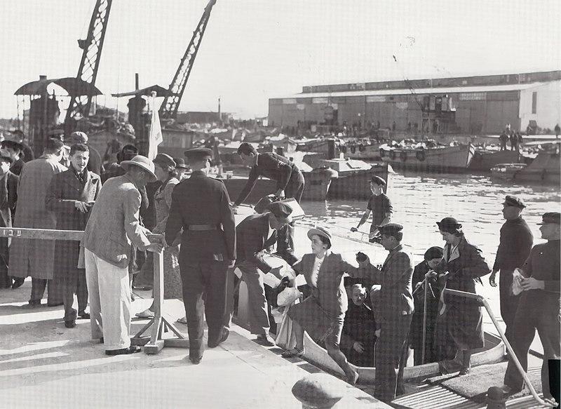 הורדת נוסעים בנמל תל אביב