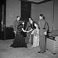 Prinses Juliana, prins Bernhard en generaal Simonds begroeten een gast, Bestanddeelnr 255-8084.jpg