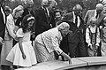 Prinses Juliana gooit muntjes in de wensbron, rechts Anton Pieck (adviseur recre, Bestanddeelnr 933-3322.jpg