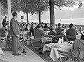 Publiek bij polospel in de Jardin de Bagatelle in Parijs Links een Philipsluids, Bestanddeelnr 191-0468.jpg