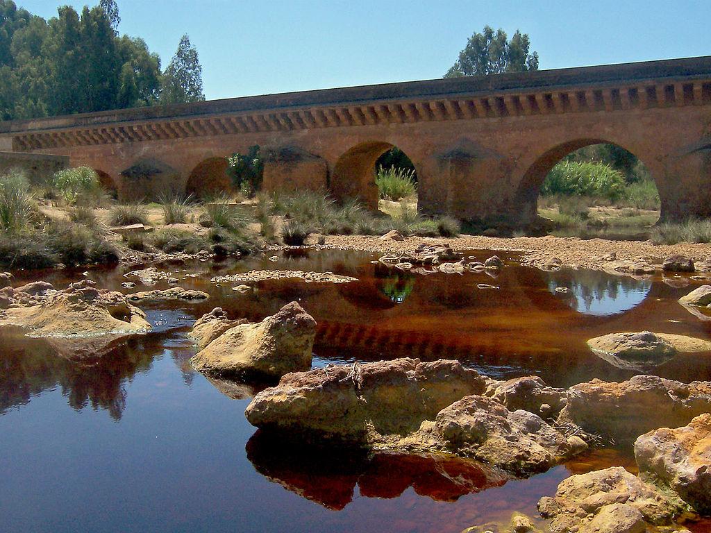 červená rieka a most