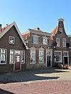 foto van Huis met afgeknot trapgeveltje parterre met zolderverdieping