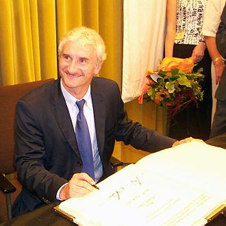 Rudi Völler - Rudi Völler signs the book of his hometown Hanau.
