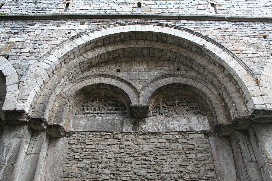 Saint-Pons-de-Thomières (Hérault)- cathédrale - portail - à gauche: la cène et l'ascension - à droite, la crucifixion.