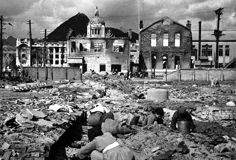Obyvatelé Soulu hledají, čím zatopit (listopad 1950)