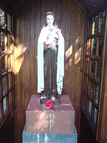 English: Statue of St Therese of Lisieux, in t...