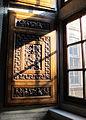 Stanza di eliodoro, finestra con anta intagliata stemma leone x medici.JPG