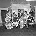 Statiefoto van Koninklijke familie, voorste rij HM, Koning Nepal, Koningin Nepal, Bestanddeelnr 920-2635.jpg