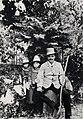 Strindberg, August - Strindberg als Gärtner mit seinen kleinen Töchtern Karin und Greta, Gersau (Zeno Fotografie).jpg