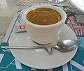 Tasse de café servie avec cuillère tordue à Vichy (août 2019).jpg