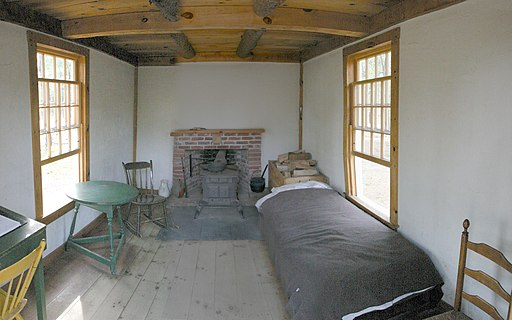 https://upload.wikimedia.org/wikipedia/commons/thumb/6/6c/Thoreau%27s_cabin_inside.jpg/512px-Thoreau%27s_cabin_inside.jpg