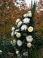 Trauergesteck mit weißen Blüten.JPG