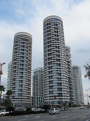 Park Tzameret - Yoo Towers as seen in 2010
