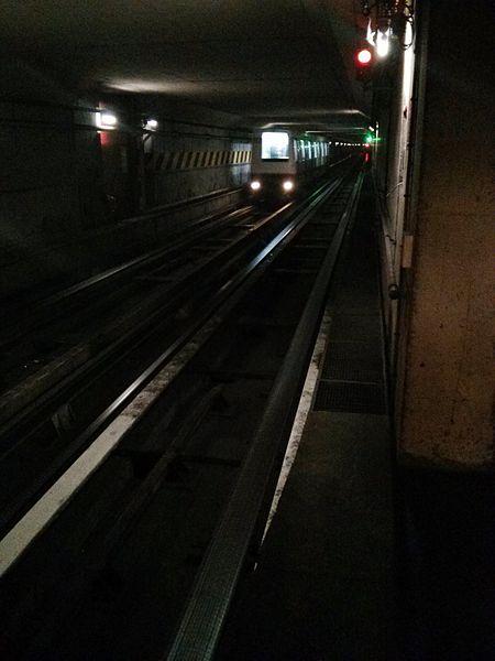 Intérieur du tunnel du Métro de Lille Métropole dans la station Montebello, direction Porte des Postes