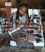 Un sculpteur d'objets d'art à Cotonou.jpg