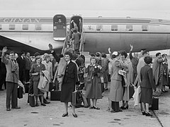 Vertrek KLM DC 6, deelnemer aan de London-Christchurch Canterbury Centennial Air Race (1953).jpg