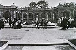 Märchenbrunnen, FOTO:FORTEPAN / Schmidt Albin [Public domain], via Wikimedia Commons