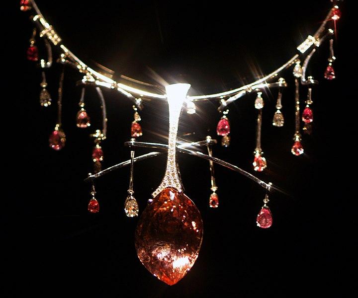 File:WLA hmns Morganite Sapphire and Diamond Necklace.jpg