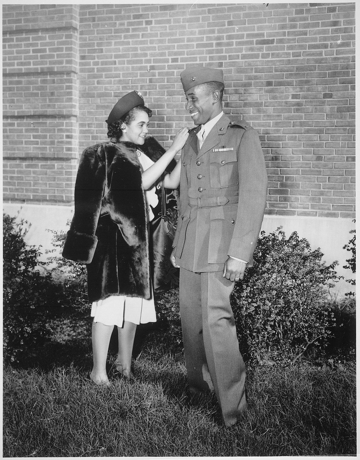 """File:""""The first Negro to be commissioned in the Marine Corps has his second lieutenant's bars pinned on by his wife. He is Fr - NARA - 532577.jpg - Wikimedia Commons"""