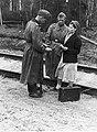 Żołnierze niemieccy podczas kontroli dokumentów radzieckiej kobiety (2-1844).jpg