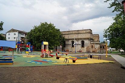 Бродівська синагога, вид з боку дитячого майданчика.jpg