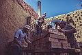 عمال مصنع الطوب.jpg