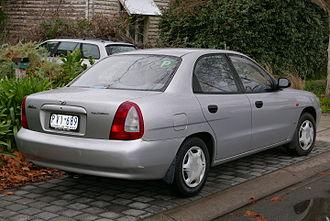 Daewoo Nubira - Image: 1999 Daewoo Nubira (J100) SE sedan (2015 07 03) 02