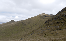 2011 Schotland An Stuc (links 1118 m) en Ben Lawers 6-06-2011 14-54-13.png