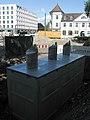 2017-09-15, Umbau des Verkehrsknotens am Siegesdenkmal in Freiburg, unterirdische Altglascontainer.jpg