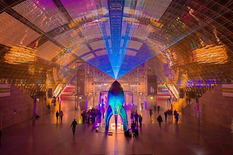 Bild der Fairydust Rakete in den beleuchteten Leipziger Messehallen