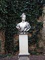 243 Can Papiol, c. Major 30-32 (Vilanova i la Geltrú), escultura femenina al jardí.jpg