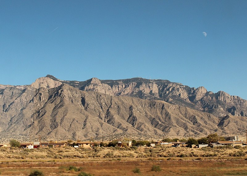 https://upload.wikimedia.org/wikipedia/commons/thumb/6/6d/Albuquerque%2C_USA%2C_New_Mexico_-_Sandia_Mountains_-_Sandia_Peak%2C_9%2C702_ft_%282%2C957_m%29_-_panoramio.jpg/800px-Albuquerque%2C_USA%2C_New_Mexico_-_Sandia_Mountains_-_Sandia_Peak%2C_9%2C702_ft_%282%2C957_m%29_-_panoramio.jpg