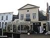 foto van Café met woonhuis, pand met brede klokgevel, hout