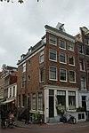 foto van Hoekhuis met gevel onder rechte lijst en dakvoorschot