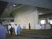 La grande stele che rappresenta il diavolo, presso la ?Aqaba, in un momento in cui non v'è il hajj, con il relativo lancio di sette pietruzze da parte dei pellegrini