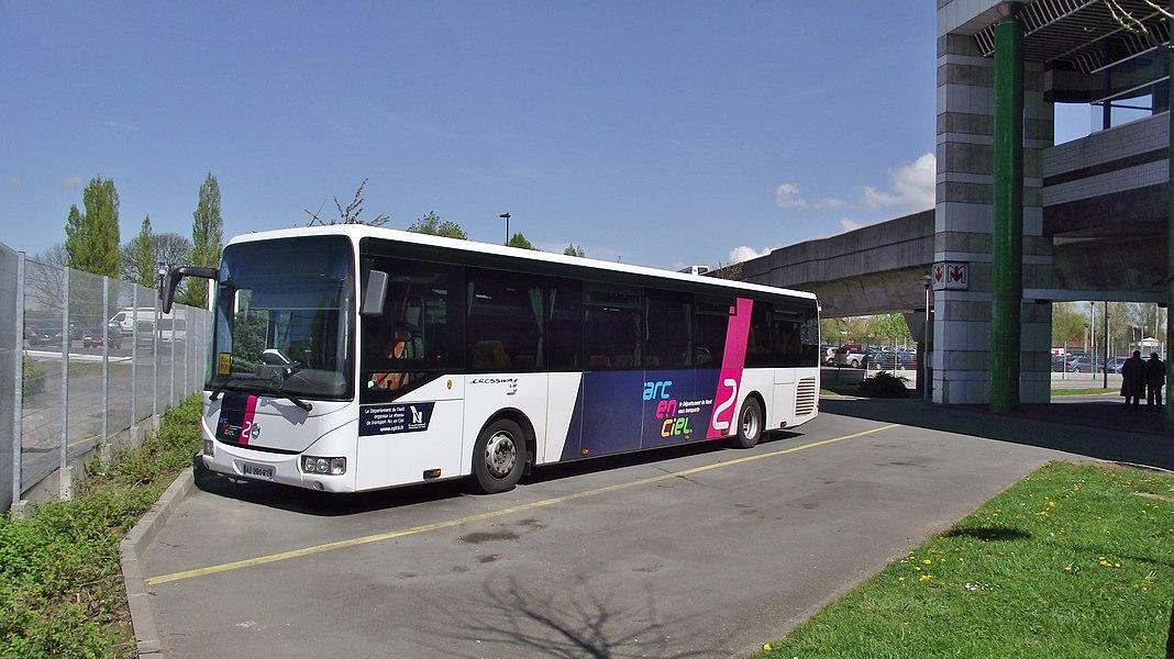 Een Arc-en-Ciel bus bij het metrostation St.philibert