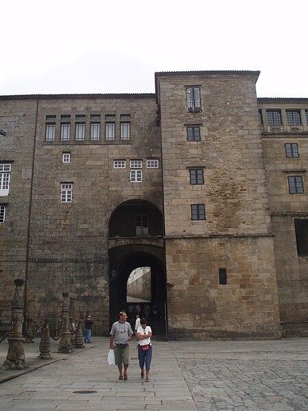 File:Arco del Palacio arzobispal de Santiago de Compostela, antiguo Palacio de Gelmírez.JPG
