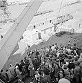 Ataka. Debarkering van de repatrianten te Adabya voor bezoek aan het kledingdepo, Bestanddeelnr 255-6914.jpg