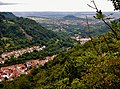 Ausblick vom Burgstein, 744 m. ü. NN - Schwäbische-Alb-Nordrand-Weg (Hauptwanderweg 1, HW 1), Albsteig, Blick auf Lichtenstein und zum Georgenberg - panoramio.jpg