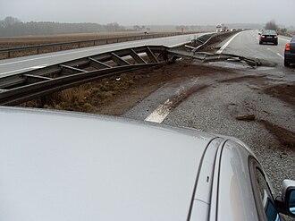 Bundesautobahn 24 - Image: Autobahnleitplanke nach LKW Unfall