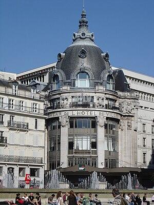 Bazar de l'Hôtel de Ville - The BHV seen from the Hôtel de Ville