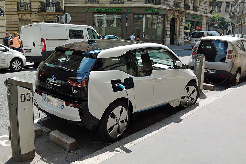 File:BMW i3 charging on Autolib' station in Paris trimmed.jpg
