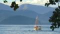 Barco na praia do Itaguá.png
